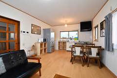 リビングの様子5。奥にキッチンがあります。(A棟)(2017-02-15,共用部,LIVINGROOM,1F)