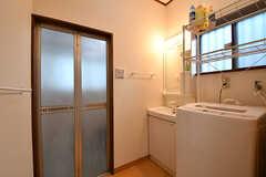 脱衣室の様子。洗面台と洗濯機が設置されています。(A棟)(2017-02-15,共用部,BATH,1F)