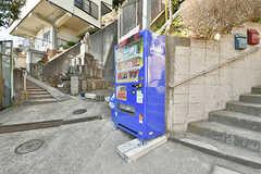 門扉のすぐ下に自動販売機が設置されています。(2017-02-15,共用部,GARAGE,1F)