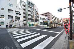 駅からシェアハウスに向かう道の様子。大きなバス通りがあります。(2017-02-15,共用部,ENVIRONMENT,1F)