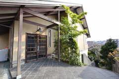 玄関の様子2。建物は三角屋根です。(2017-03-22,周辺環境,ENTRANCE,2F)