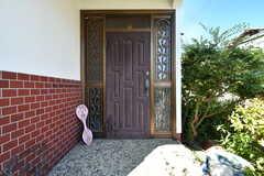 玄関ドアの様子。(2019-08-08,周辺環境,ENTRANCE,1F)