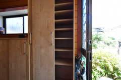 靴箱の様子。部屋ごとに収納場所が決まっています。(2019-08-08,周辺環境,ENTRANCE,1F)