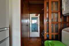 キッチン横の引き戸から廊下に出られます。対面にバスルームがあります。(2019-08-08,共用部,OTHER,1F)