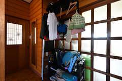 廊下には子どもたちのランドセルや着替えなどの荷物を置いておける、専用のスペースがあります。(2019-08-08,共用部,OTHER,1F)