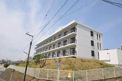 シェアハウスの外観。高台にあり、専有部のほとんどは南向きです。(2011-04-15,共用部,OUTLOOK,1F)