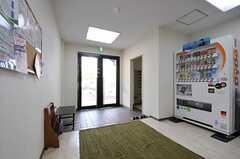 内部から見た玄関周りの様子。自動販売機もあります。(2011-04-15,共用部,OUTLOOK,1F)