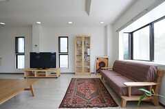 絨毯とソファがあり、本棚も設置されています。(2011-04-15,共用部,LIVINGROOM,1F)