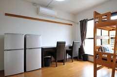 冷蔵庫とデスクが並んでいます。(209号室)(2011-04-15,専有部,ROOM,2F)