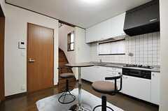 キッチンも使用可能です。階段脇は清掃用具などの収納スペースです。(2011-09-14,共用部,LIVINGROOM,1F)