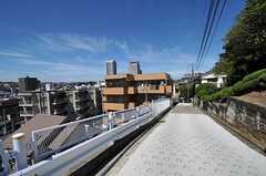 シェアハウスから各線・上大岡駅へ向かう道の様子。ハードな坂道もあります。(2011-09-14,共用部,ENVIRONMENT,1F)