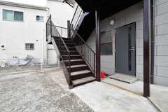 リビングは2階です。外階段を登って、移動します。(2018-10-15,周辺環境,ENTRANCE,1F)