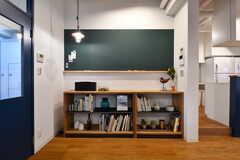 黒板と本棚の様子。(2017-03-28,共用部,LIVINGROOM,1F)