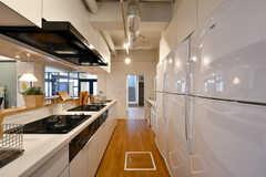 キッチンの様子3。右手に冷蔵庫が並んでいます。(2017-03-28,共用部,KITCHEN,1F)
