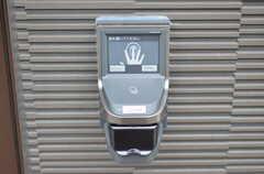 玄関の鍵は静脈認証キーです。指でタッチすると解錠します。(2016-03-10,周辺環境,ENTRANCE,1F)