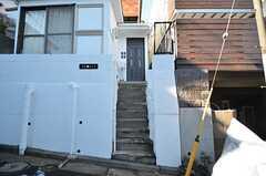 玄関は階段を上がった先にあります。(2016-01-19,周辺環境,ENTRANCE,1F)