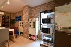 収納棚の様子。電子レンジ、トースター、炊飯器が設置されています。(2018-02-23,共用部,KITCHEN,1F)
