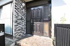 シェアハウスの玄関ドアの様子。(2013-03-04,周辺環境,ENTRANCE,1F)