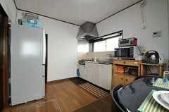 キッチンはリビングの隣のゾーンにあります。(2013-03-04,共用部,LIVINGROOM,1F)