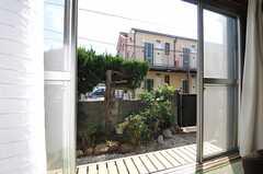 小さな縁側が付いていて、庭に出られます。(101号室)(2013-03-04,専有部,ROOM,1F)