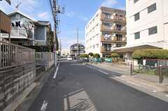 横浜市営地下鉄グリーンライン・日吉本町駅からシェアハウスへ向かう道の様子。近くには小学校があります。(2013-03-04,共用部,ENVIRONMENT,1F)
