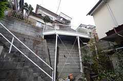 シェアハウスは階段を登った先に建てられています。(2015-03-03,共用部,OUTLOOK,)