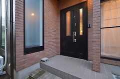 シェアハウスの玄関ドア。(2015-10-20,周辺環境,ENTRANCE,1F)
