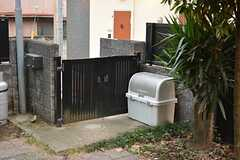 ゴミ捨て場が門扉の前に設置されています。(2015-10-20,共用部,OTHER,1F)