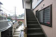 シェアハウスへは階段を上ります。1階はオーナーさんの住居です。(2012-03-02,共用部,OUTLOOK,1F)
