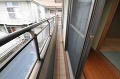 奥行きはありませんがベランダ付きです。リビング、202号室、203号室とつながっています。(201号室)(2012-03-02,専有部,ROOM,2F)