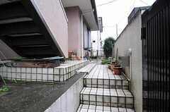 駐輪スペースは2段ほど階段を上がった場所になります。(2012-03-02,共用部,OTHER,1F)