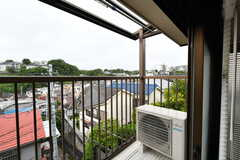 ベランダの様子。201号室とつながっています。屋根付きで、洗濯物が干せます。(202号室)(2021-05-21,専有部,ROOM,2F)