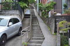 階段を上るのが駅からの近道。階段ではないルートもあります。(2021-05-21,共用部,ENVIRONMENT,1F)