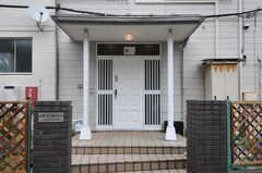 シェアハウスの玄関ドアの様子。(2012-04-21,周辺環境,ENTRANCE,1F)