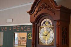 エントランスに置かれるアンティークの時計。奥に見える扉は多目的スペースに続きます。(2012-02-10,共用部,OTHER,1F)
