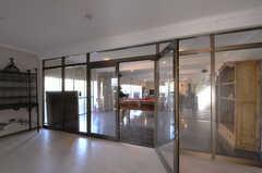 廊下から見たラウンジの様子。(2012-02-10,共用部,OTHER,1F)
