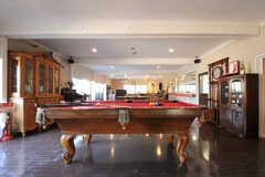 ラウンジに入ると目の前にはビリヤード台。アンティークの家具も整然と並んでいます。(2012-02-10,共用部,LIVINGROOM,1F)