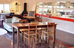 ラウンジの様子5。右手のカウンターの先にキッチンがあります。(2012-02-10,共用部,LIVINGROOM,1F)