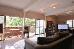ラウンジほぼ中央に置かれたソファからは、外の景色を眺めることができます。(2012-02-10,共用部,LIVINGROOM,1F)
