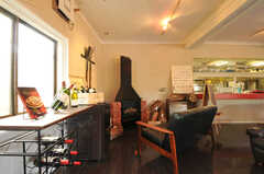 ラウンジの右奥には暖炉の形をしたガス式ヒーターが置かれています。  (2012-02-10,共用部,LIVINGROOM,1F)