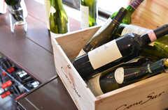 ヒーター脇の棚にはワインの瓶が多数置かれています。(2012-02-10,共用部,OTHER,1F)