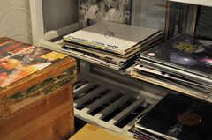 歴代の入居者が置いていったレコードたち。倉庫に残っていたのだそう。  (2012-02-10,共用部,OTHER,1F)