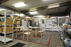 ラウンジ脇にあるキッチンの様子。自動販売機も設置されています。(2012-04-21,共用部,KITCHEN,1F)