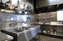 シンクの様子。奥がコンロと作業スペースです。(2012-02-10,共用部,KITCHEN,1F)
