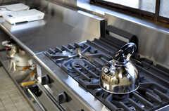 業務用のガスコンロが2口、IHコンロが2口用意されています。(2012-02-10,共用部,KITCHEN,1F)