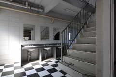ラウンジ前にあるB棟の洗面台と階段の様子。(2012-02-10,共用部,OTHER,1F)