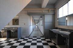 ラウンジから見たB棟廊下の様子。(2012-02-10,共用部,OTHER,1F)