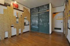 専有部の様子3。収納のドアは黒板塗装されています。(B103号室)(2012-01-15,専有部,ROOM,1F)