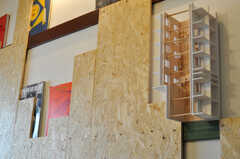壁には、本などを飾ることができるようにカスタムされています。(B103号室)(2012-01-15,専有部,ROOM,1F)