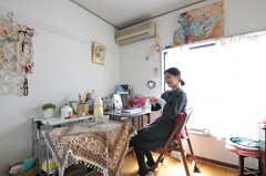 窓の上に、ご自身で描いた絵が飾られています。(2012-04-21,専有部,ROOM,2F)
